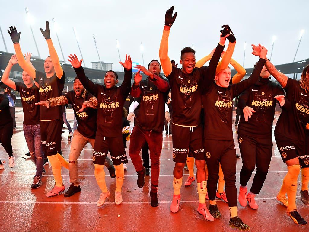 Die Young Boys auf der ungewohnten Unterlage Tartan. Sie bedanken sich bei ihren Fans im Letzigrund (Bild: KEYSTONE/ANTHONY ANEX)