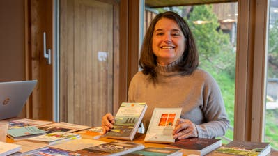 Home-Office: Verena Schneider in ihrem Verlagsbüro in Urnäsch, das gleichzeitig ihr Zuhause ist. (Bild: Claudio Weder)