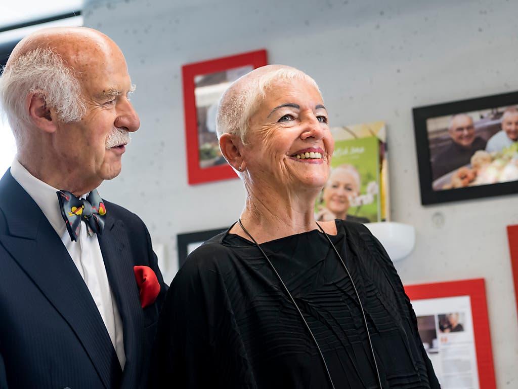Spitzenkoch und Spitzenköchin als Paten: Anton Mosimann et Irma Dütsch bei der Eröffnung des Apicius in Le Bouveret. (Bild: KEYSTONE/JEAN-CHRISTOPHE BOTT)