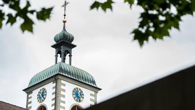 Kirchturm der Basilika St. Ulrich in Kreuzlingen. Der Weg zum friedvollen Miteinander unter ihrem Dach lugt hervor. (Bild: Reto Martin)