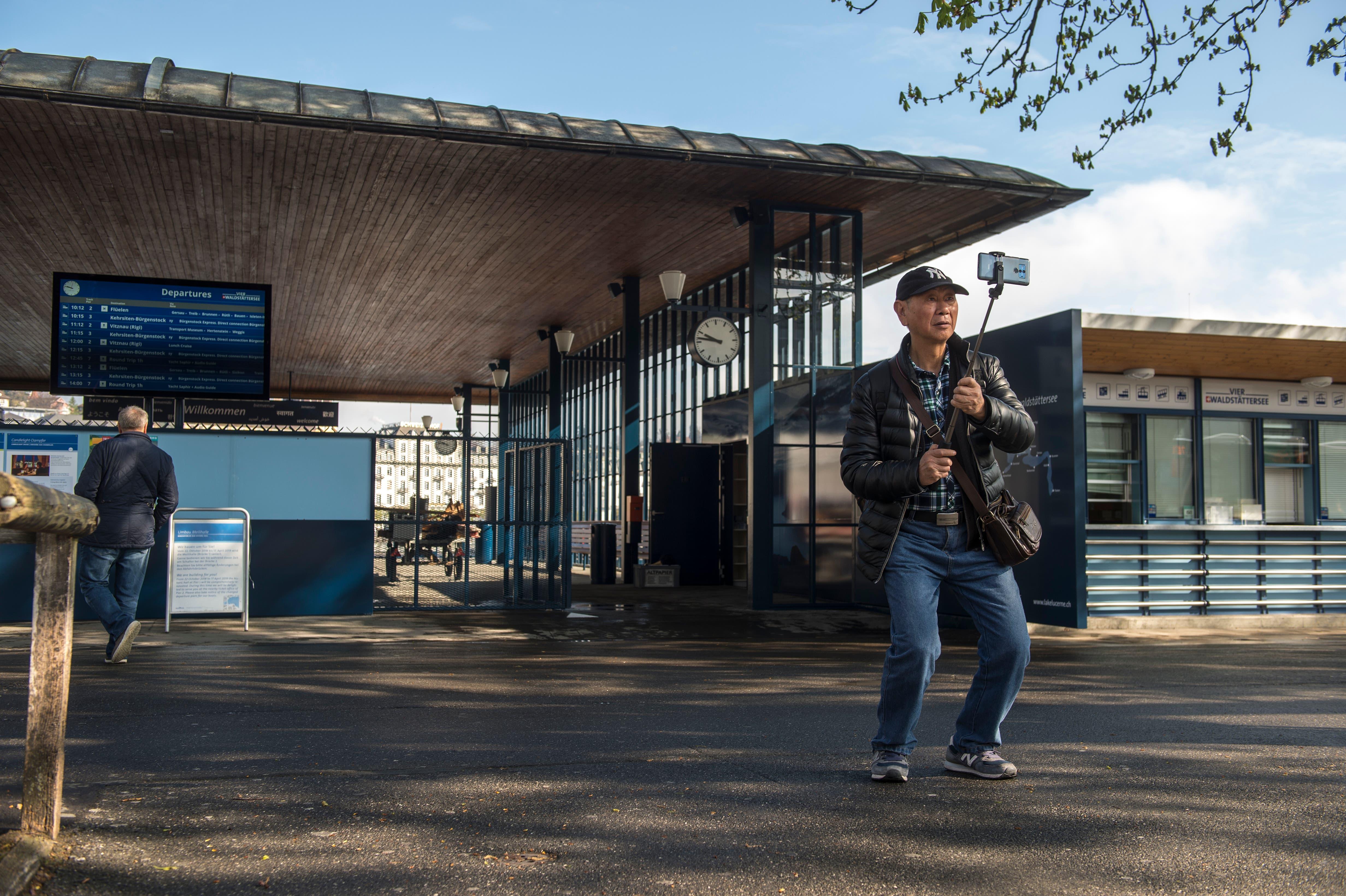 Die SGV Landungsbrücke wird nach einer umfassenden Sanierung für die Öffentlichkeit wieder zugänglich. Bereits machen die ersten Touristen ein Selfie vor dem Eingang. (Bild: Dominik Wunderli, 17. April 2019, Luzern)
