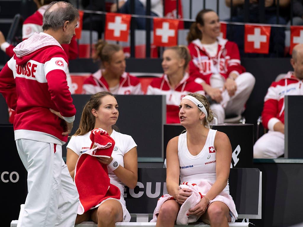 Timea Bacsinszky (rechts) spielt gegen die USA, Stefanie Vögele (links) ist nicht dabei (Bild: KEYSTONE/ANTHONY ANEX)