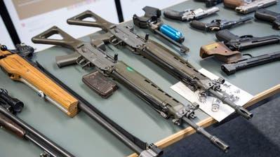 Waffen wie diese – ausgelegt im Fedpol in Bern – fallen unter die Revision des Schweizer Waffenrechts. Bild: Adrien Perritaz/Keystone (Bern, 22. Januar 2019)