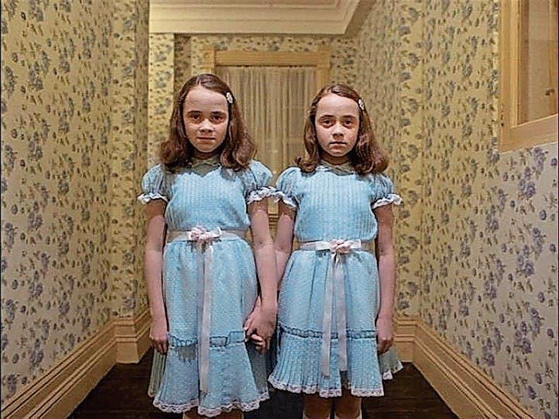 Satinbänder und Puffärmel: die gruseligen Zwillinge im Film «The Shining» (1980). (Bild: PD)