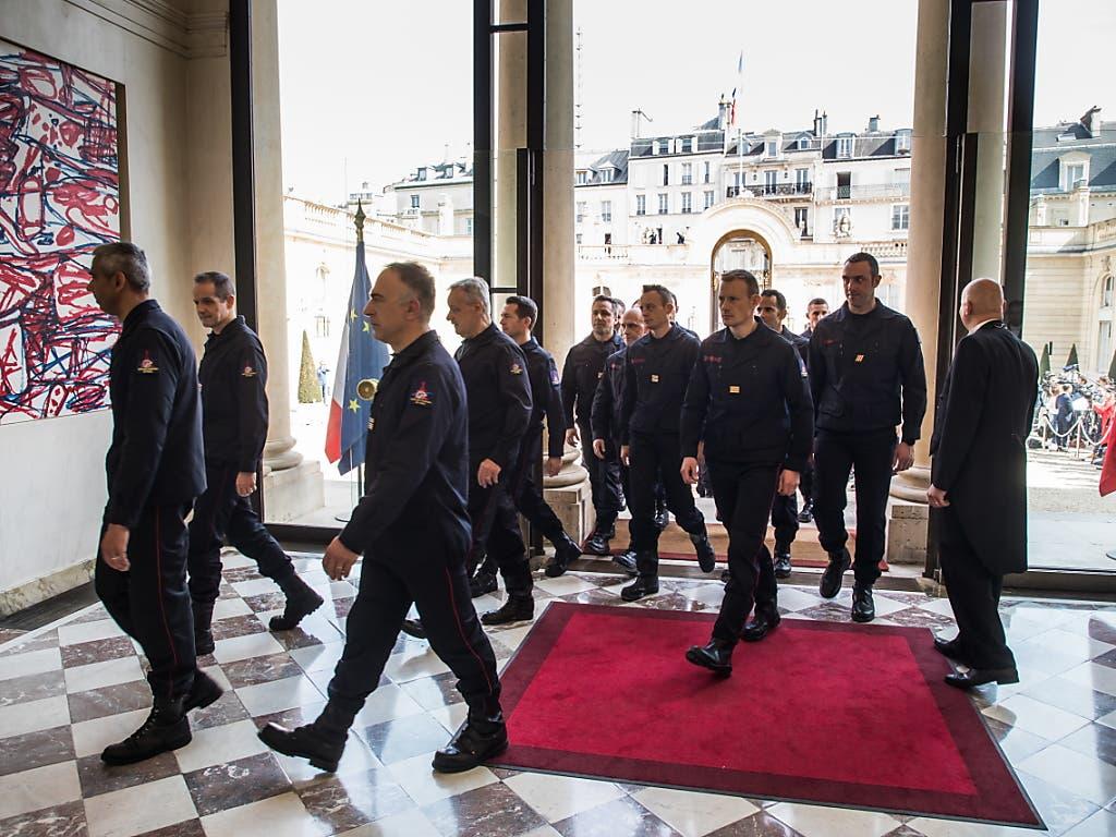 Die Feuerwehrleute treten in den Elysée-Palast ein. (Bild: KEYSTONE/EPA POOL/CHRISTOPHE PETIT TESSON / POOL)