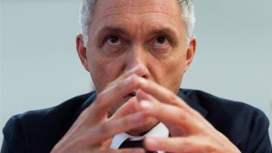 Für Bundesanwalt Michael Lauber könnte es wegen eines Treffens mit Fifa-Präsident Gianni Infantino eng werden. Die Wiederwahl ist gefährdet. (Bild: KEY)