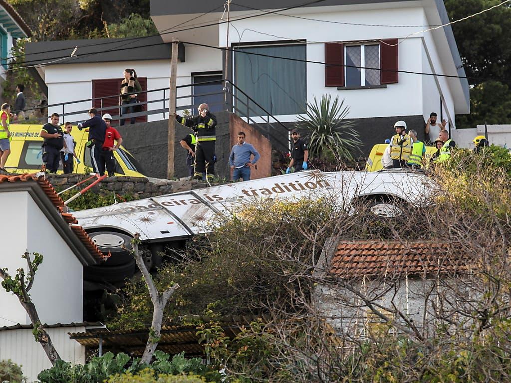 Bei einem schweren Busunglück auf der portugiesischen Insel Madeira sind am frühen Mittwochabend mindestens 28 Menschen ums Leben gekommen. (Bild: KEYSTONE/EPA LUSA/HOMEM GOUVEIA)