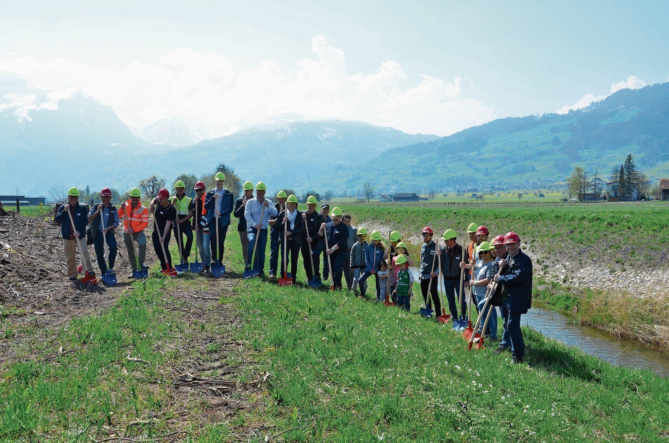 Mit dem Spatenstich vom Mittwoch erfolgte der Startschuss für die Arbeiten der Simmi-Renaturierung. (Bilder: Corinne Hanselmann)