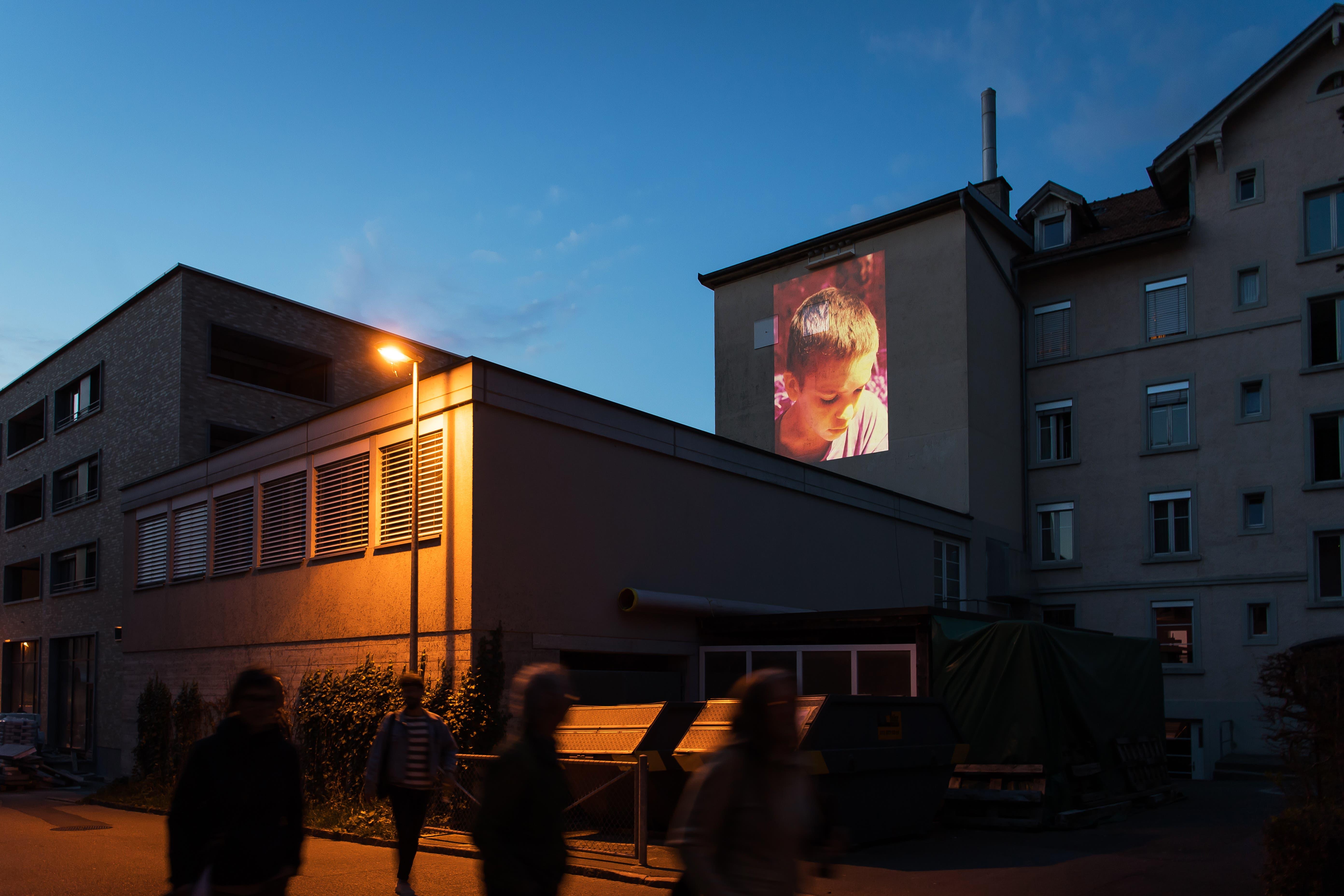 Nochmals Simone Kappeler an der Hinterseite der Fensterfabrik. (Bild: Michel Canonica)