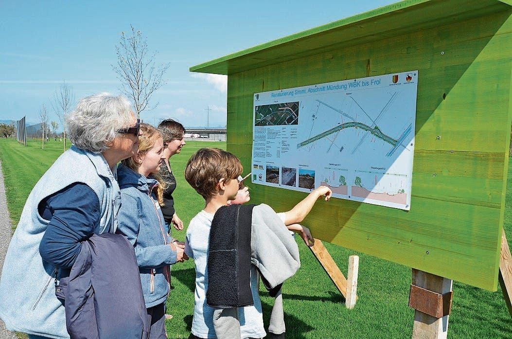 Die beim Golfplatz platzierte Informationstafel über das Renaturierungsprojekt stösst auf Interesse.