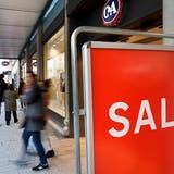 Rund die Hälfte des Ladenrückgangs im Detailhandel mit Nicht-Lebensmitteln geht auf die Bekleidungsbranche zurück. Auch grosse Ketten wie H&M und C&A gehören dazu. (Bild: KEYSTONE/SALVATORE DI NOLFI)