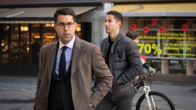 Nassim Ben Khalifa (rechts) auf dem Weg zum Gericht am Freitag, dem 29. März. (Bild: Benjamin Manser)