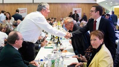 Der neue Parteipräsident Patrick Walder, rechts, begrüsst die Mitglieder der  Delegiertenversammlung der SVP des Kantons Zürich. (Bild: Ennio Leanza, Zürich, 2. April 2019