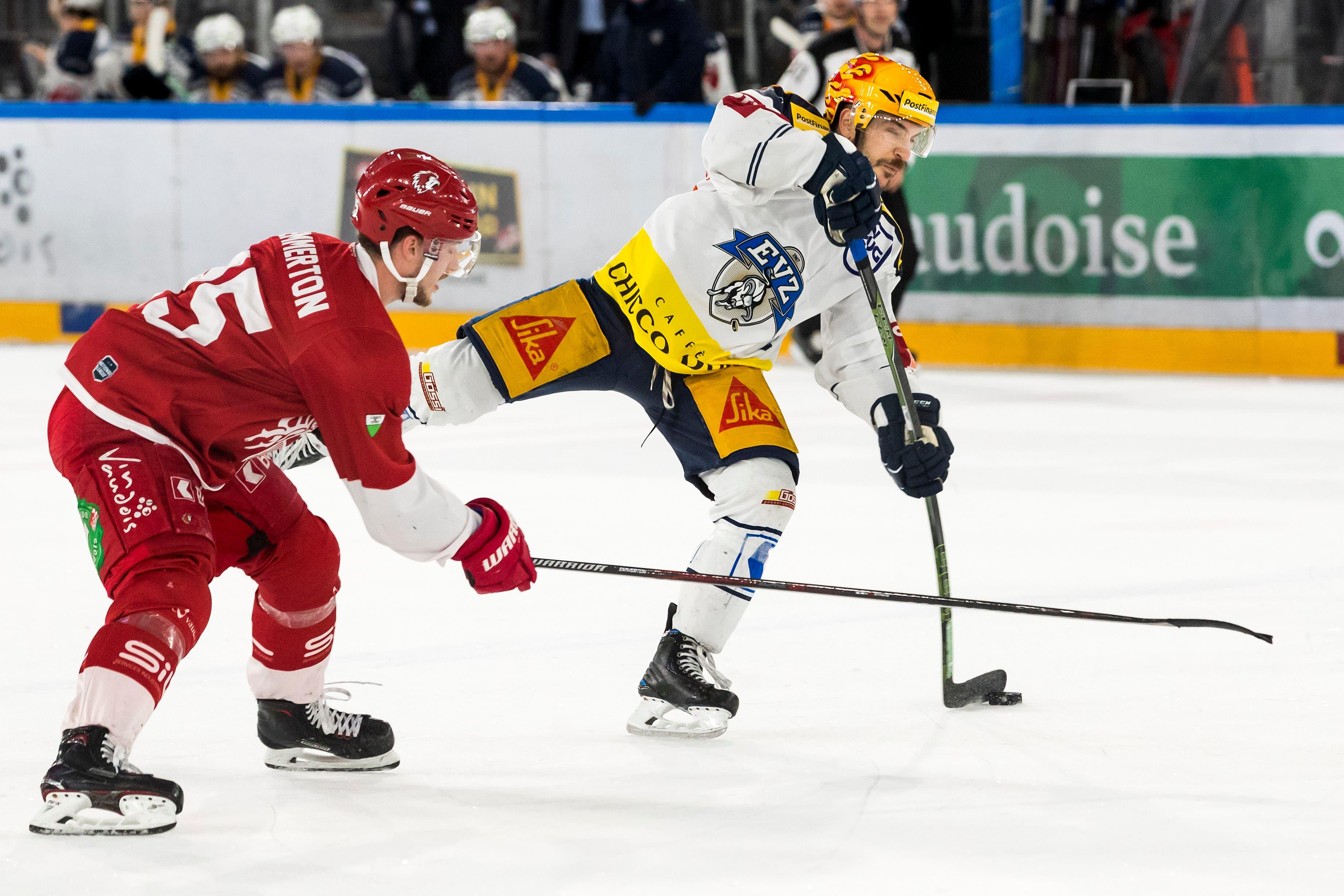 Zugs Garrett Roe (rechts) zieht gegen Lausannes Cory Emmerton ab und trifft zum 1:0. (Bild: Pascal Müller / Freshfocus, Lausanne, 2. April 2019)