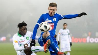 Geht mit dem rechten Fuss zum Ball: Luzerns Linksverteidiger Silvan Sidler (rechts) gegen St. Gallens Axel Bakayoko. (Bild: Urs Flüeler/Keystone (Luzern,  16. Dezember 2018))