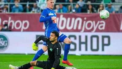 Das 2:0: Der Luzerner Marvin Schulz lupft nach einem Sololauf den Ball über den machtlosen St.Galler Goalie Dejan Stojanovic.(Bild: Martin Meienberger/freshfocus)