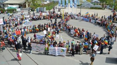 Die Teilnehmer des Friedensweges bilden auf Klein Vendedig ein Peace-Zeichen. (Bild: Judith Schuck)
