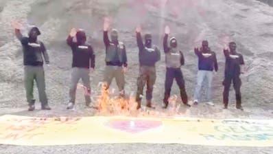 Hier verbrennen Vermummte ein Plakat, das den Demo-Zug in Schwyz hätte anführen müssen, aber noch vor dem Start gestohlen wurde. (Bild: Facebook)