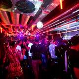 Partygäste in einem Club in der Schweiz. (Symbolbild: Jean-Christophe Bott/Keystone)