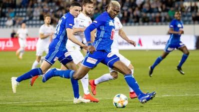 Umkämpftes Duell zwischen dem FC Luzern (vorne Blessing Elekegegen den FC Thun. (Bild: Philipp Schmidli (Luzern, 23. April 2019))