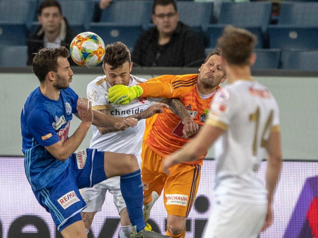 Die entscheidende Szene in Luzern: FCL-Keeper David Zibung bringt vor dem 0:1 den Ball nicht weg (Bild: KEYSTONE/URS FLUEELER)
