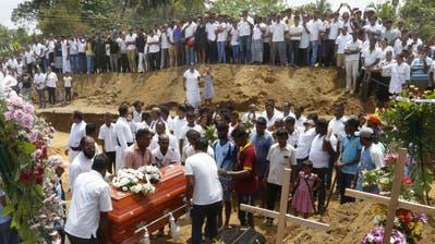 Verwandte und Freunde beten an der Massenbeisetzung der Opfer, welche in der Katuwapitiya-Kirche in Negombo ums Leben kamen. (Bild: Pushpa Kumara/EPA)