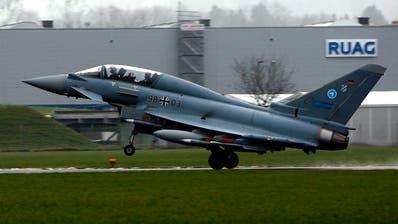 Der Eurofighter Typhoon der Deutschen Luftwaffe startete am 25. November auf dem Flugplatz Emmen zu einem Testflug. Die Ruag profitiert von Gegengeschäften, wenn die Schweiz neue Kampfjets kauft. (KEYSTONE/Sigi Tischler)