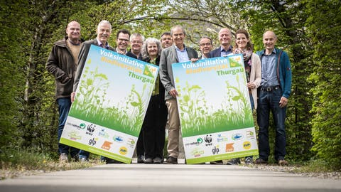 Vertreter des Initiativkomitees Biodiversität Thurgau posieren anlässlich einer Medienkonferenz im FrauenfelderKlösterligarten. (Bild: Reto Martin)