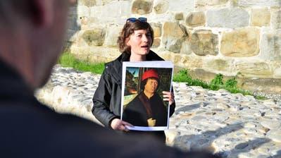 Archäologin Iris Hutter mit einem Porträt des Schloss-Erbauers Hugo von Landenberg vor der freigelegten Kastellmauer. (Bild: Max Eichenberger)