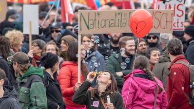 Mehrere hundert Personen demonstrieren am Samstag, 13. April 2019 in Schwyz. (Bild: Urs Flüeler/Keystone)