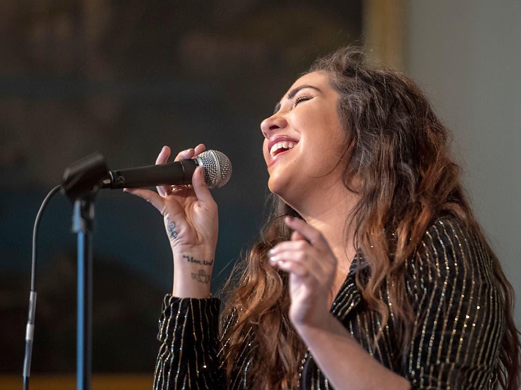 Die irische Songwriterin Ruth Anne gab am Donnerstag in Luzern einen Vorgeschmack auf ihren Auftritt am Blue Balls Festival 2019. (Bild: KEYSTONE/URS FLUEELER)