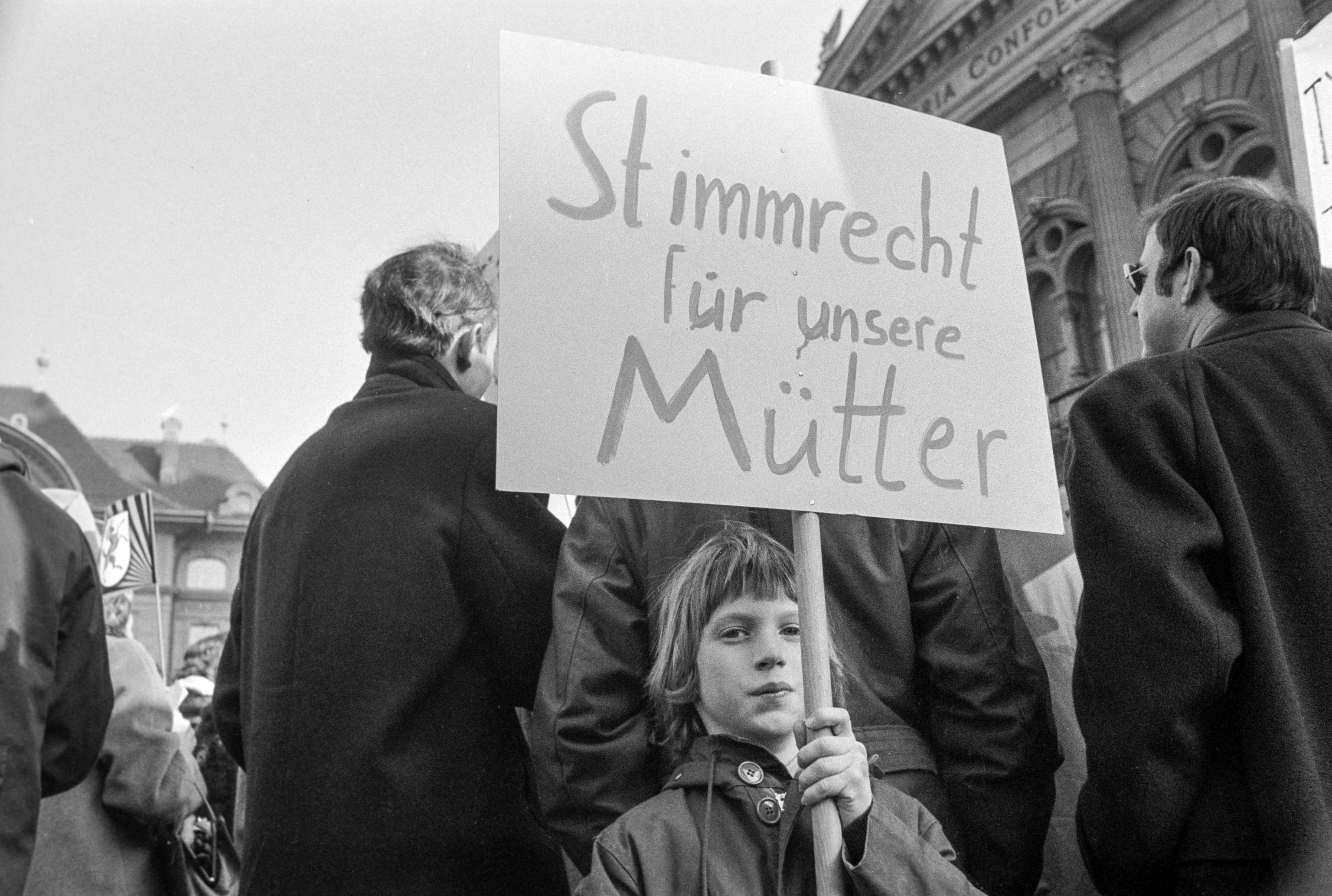 «Stimmrecht für unsere Mütter»: Am 1. März 1969 beteiligten sich über 5000 Frauen und Männer am «Marsch auf Bern», um für das Frauenstimmrecht zu demonstrieren. (Bild Joe Widmer/Keystone)