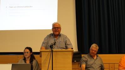 Gemeindepräsident Thomas Wiget (stehend) an der Rechnungsversammlung vom Mittwoch. (Bild: Manuela Olgiati)