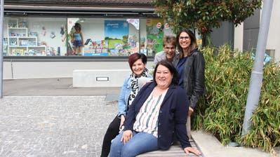 Jolanda Lerch und Lisa Cavalho (hinten, v.l.), Rebecca Ferraro-Perin und Giuseppa Lanzarone (vorne, v.l.) setzen sich für ein Kinderbetreuungsangebot in Rorschach ein. (Bild: Jolanda Riedener)