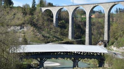 Die Baugerüste rund um die alte Thurbrücke in Lütisburg sind diese Woche verschwunden. So sieht die fertig sanierte Brücke aus, wenn man sie von der neuen Thurbrücke her betrachtet, über welche die Flawilerstrasse führt. (Bild: Timon Kobelt)