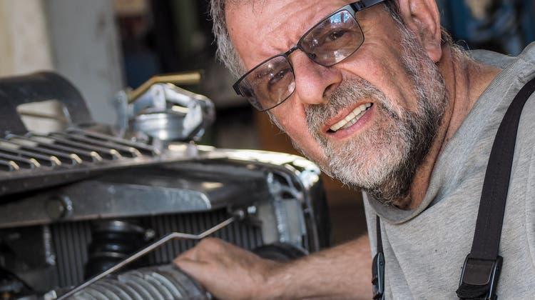 Sepp Egger hat ein Flair für alte Autos – und lebt dieses voll aus. (Bild: Peter Hummel)