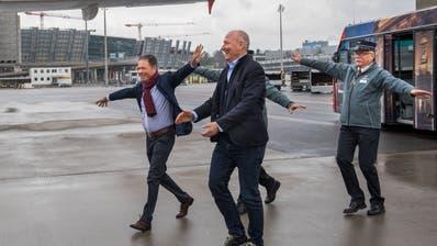 Freut sich über den «Edelweiss»-Flieger namens Stanserhorn: VR-Präsident Heinz Keller (links) mit Direktor Jürg Balsiger. (Bild: Eveline Beerkircher, Kloten, 10. April 2019)