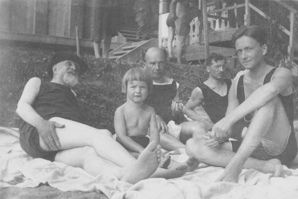 Der 74-jährige Spitteler mit Freunden und dem Komponisten Eugen d'Albert (Mitte) im Strandbad Weggis 1919. (Bild: Nachlass Carl Spitteler, Schweizerisches Literaturarchiv, Bern)