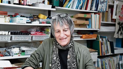 Die Illustratorin und Autorin Mónica Verena Keusch in ihrem Atelier in Oberwil. (Bild: Stefan Kaiser, 24. April 2019)