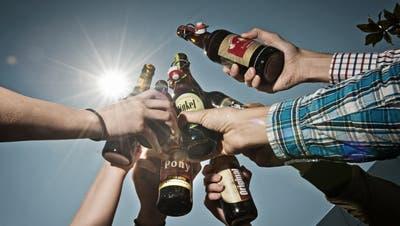 Tag des Schweizer Biers. GESTELLTE SZENE ... Das Bild entstand am Donnerstag, 23. April 2015.(Pius Amrein / Neue LZ)Bier, Alkohol, Trinken, Sonne, Sommer, Durst, Bierkonsum, Alkoholkonsum