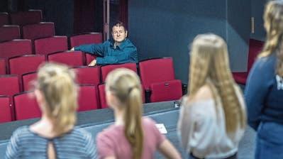 Drehbuchautor Hanspeter Müller-Drossaart als aufmerksamer Zuschauer am Casting. (Bild: Pius Amrein, Buochs, 24. April 2019)