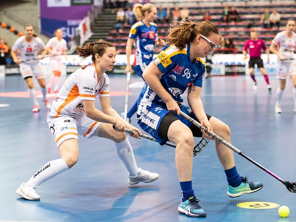 Nicole Capatt von Piranha Chur (links) im Duell mit Ellenor Bengtsson (Bild: KEYSTONE/ENNIO LEANZA)