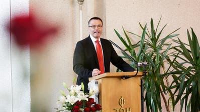 Urs Schneider, Präsident des Thurgauer Raiffeisen-Regionalverbands, spricht in der Kirche Bichelsee zum Jubiläum. (Bilder: Donato Caspari)