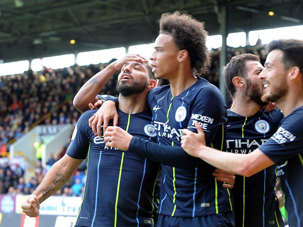 Die Spieler von Manchester City feiern ihren zuverlässigsten Torschützen Sergio Agüero (links) (Bild: KEYSTONE/AP/RUI VIEIRA)