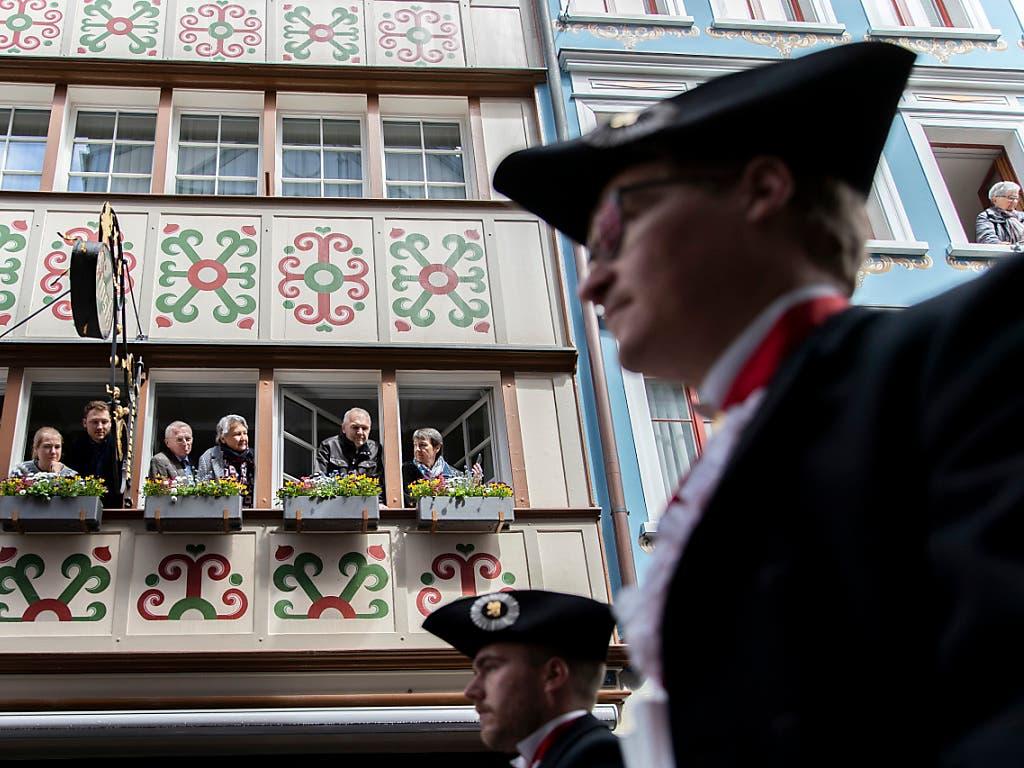 Zuschauer verfolgen den Aufzug der Landsgemeinde in Appenzell. (KEYSTONE/Christian Merz).. (Bild: Keystone/CHRISTIAN MERZ)