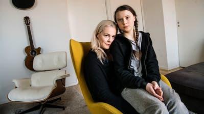 Greta Thunberg und ihre Mutter, die Opernsängerin Malena Ernman.(Bild: KEYSTONE/TT News Agency/Malin Hoelstad/SvD/TT)