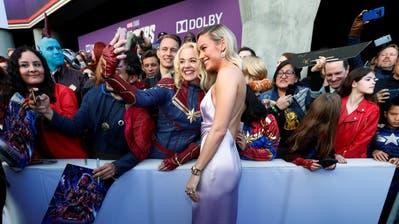 Schauspielerin Brie Larson spielt «Captain Marvel» in «Avengers: Endgame». Hier posiert sie mit Fans an der Premiere in Los Angeles.(Bild: REUTERS/Mario Anzuoni, Los Angeles, 22. April 2019)