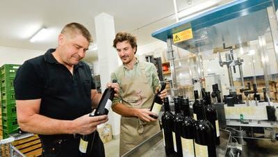 Der Wein «Tous ensemble» wird von den Arenenberger Winzer Michael Polich und Peter Mössner abgefüllt und etikettiert. (Bild: Donato Caspari)