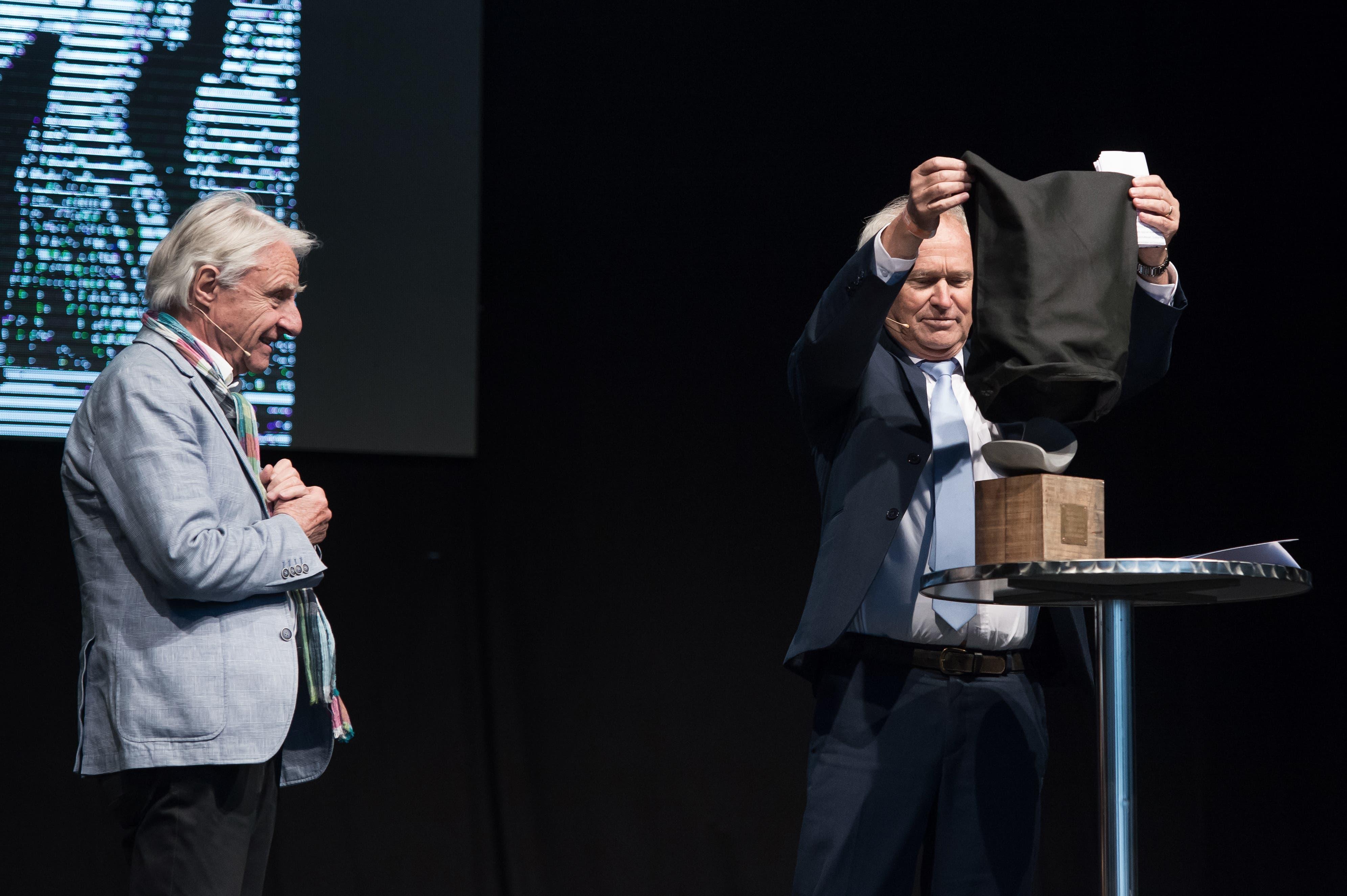 Emil Steinberger wird auf der Eventbühne an der Zentralschweizer Frühlingsmesse Luga der Anerkennungspreis des Kantons Luzern verliehen. Regierungsrat Paul Winiker enthüllt das Kunstobjekt, das Teil des Anerkennungspreises ist. (Bild: Pius Amrein, Luzern, 29. April 2019)