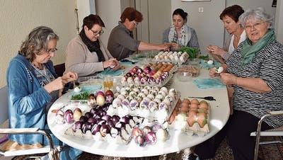 Bunte Eier aus Weiningen am Wochenmarkt für einen guten Zweck
